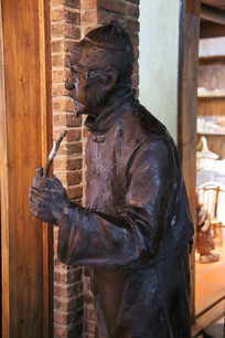 抽烟斗的老人雕像