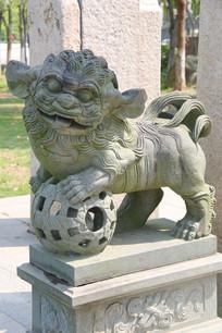 滚球狮子雕像