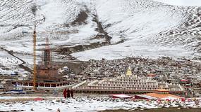 建筑工地与寺庙全景