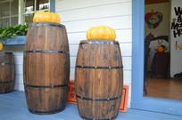 两只木桶上的金色南瓜