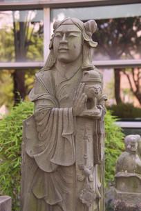 石雕捧盒少女雕像