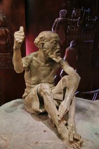 竖大拇指的老人雕像