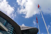 仰视香港会展中心和旗帜