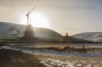 亚青寺建筑工地的日出