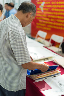 正在阅读的老人