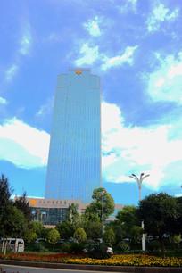 蓝色高楼和蓝色天空