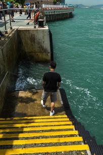 男子走下海边