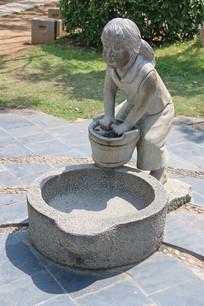 提水的小女孩石雕像