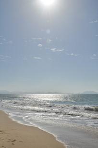 阳光下的海平面