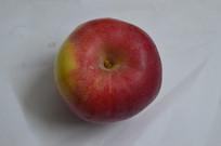 白纸上的红苹果