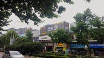 城市风光与大型广告招牌