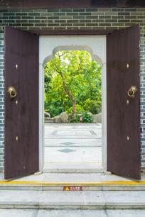 古代庭院的木门
