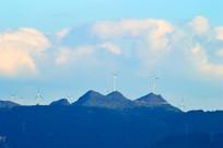 远处山坡上的风能发电站