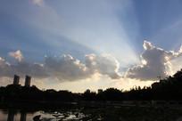 云朵里放射出的光芒