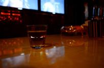 KTV桌子上的透明酒杯