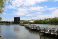 湖面上的石桥走廊
