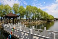 廊桥与湖畔垂柳