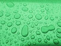 绿色背景水珠