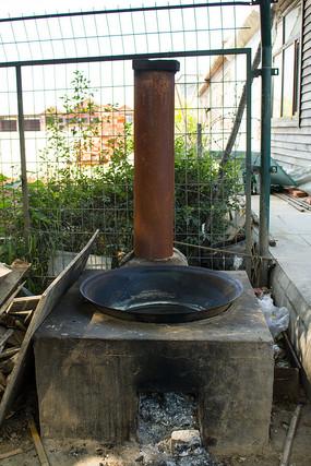 下载收藏 古镇厨房中的炉灶 下载收藏 铁制柴火炉灶图片 下载收藏图片