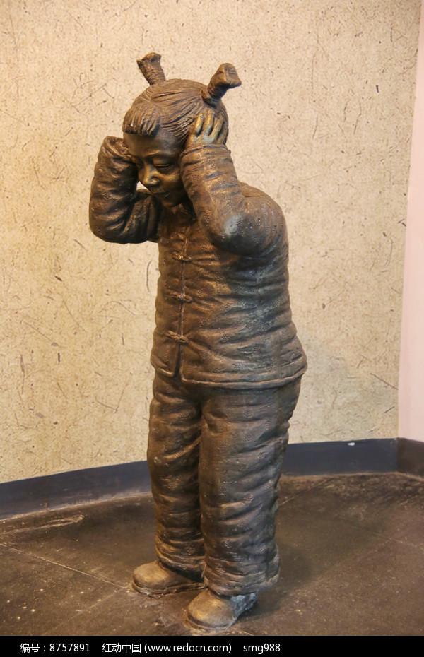 玩爆竹的小女孩雕像图片