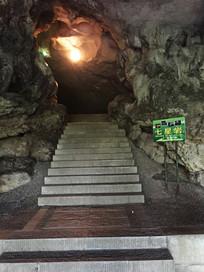 岩洞内的灯光