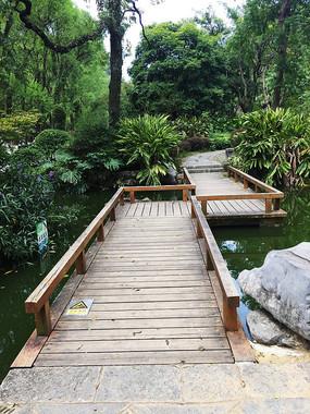 Z形的木板桥