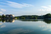蓝天下的菱湖景色