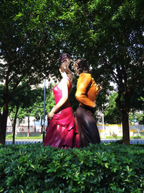 两个舞蹈者雕像