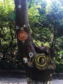 树干上的三只蜗牛绘画