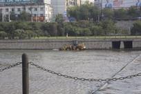 在河水中清污的铲车