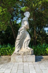 抗日女战士雕塑
