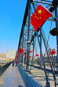 飘扬在断桥上的五星红旗