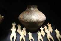 黑底白花纹陶罐和小人偶