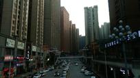 街道两旁密集的高楼