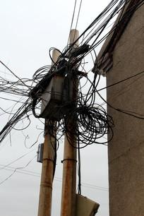 凌乱的农村电线杆线路现状