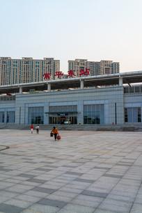 旅客前往常平东站