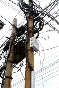 农村电线杆多线路捆绑现状