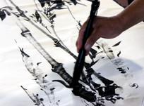 一艺术家用毛笔画竹子