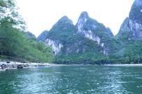 碧绿的树林与陡峭的山崖