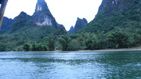 锋利的山峰与平静的水面