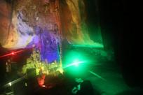 红绿激光细线穿过岩石