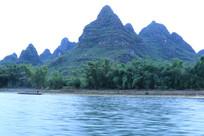 巨人般的山峰与密林