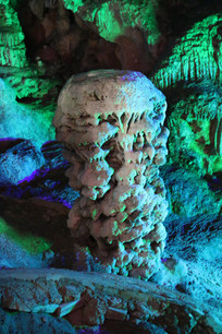 银子岩绿色蘑菇云岩石