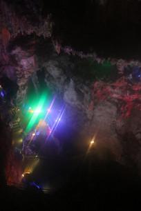 钟乳石间的绿蓝光线