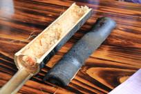 装在竹筒里的竹筒饭