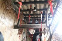 阁楼梁上挂的中国结与福牌