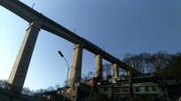 跨过住宅区上空的铁路高架桥