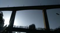 阳光斜射的铁路高架桥