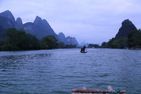 一叶竹筏游向远方