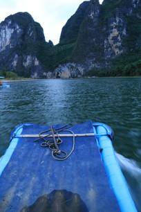 游船前青翠的山峰与碧绿的湖水